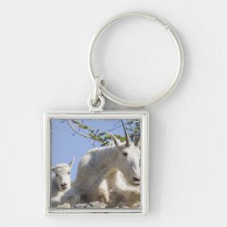 Niñera de la cabra de montaña con el niño en nacio llavero cuadrado plateado