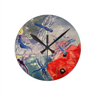 Ninfas y pintura de la acuarela de la libélula reloj redondo mediano