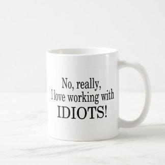 Ningún amo realmente el trabajar con los idiotas taza básica blanca