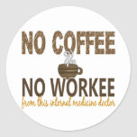 Ningún café ningún doctor de la medicina interna etiqueta redonda