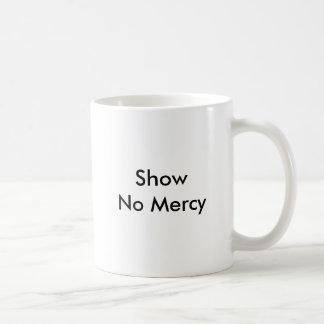 Ningún café no garantiza ninguna misericordia taza básica blanca