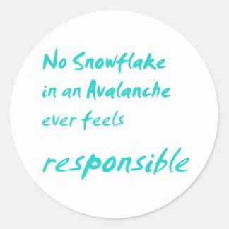 Ningún copo de nieve en una avalancha… pegatina redonda