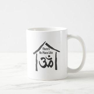 Ningún lugar tiene gusto de caligrafía de OM Tazas De Café