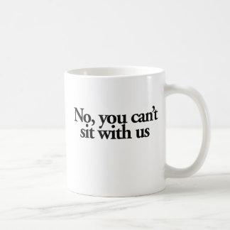 Ningún usted no puede sentarse con los E.E.U.U. Taza Básica Blanca
