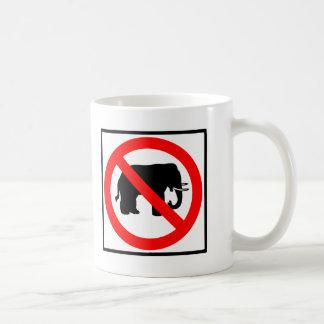 Ninguna muestra de la carretera de los elefantes taza básica blanca