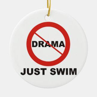 Ninguna nadada del drama apenas adorno