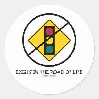 Ninguna señal de tráfico existe en el camino de la pegatina redonda