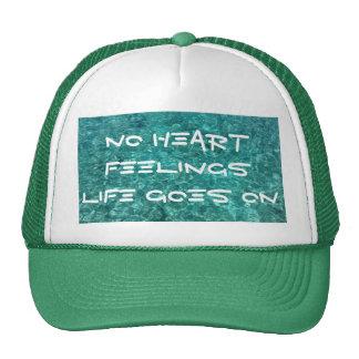 Ningunas sensaciones del corazón en el gorra verde
