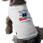 Ningunos perros en el coche cubren la camiseta del camisetas de mascota
