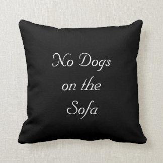 Ningunos perros en el sofá cojines