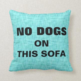 NINGUNOS perros en este sofá acarician al enemigo Cojín