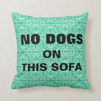 NINGUNOS perros en este sofá acarician la almohada