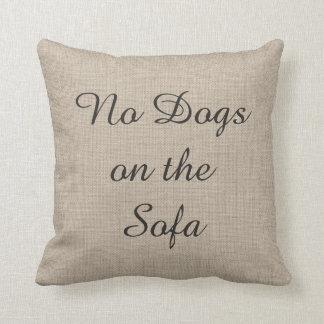 Ningunos perros en la almohada de la arpillera del