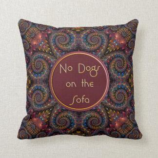 Ningunos perros en la almohada de tiro del sofá