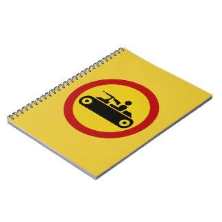 Ningunos vehículos blindados, señal de tráfico, libro de apuntes