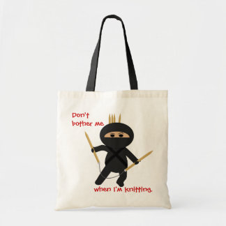 Ninja con el bolso circular de las agujas que hace bolsas de mano