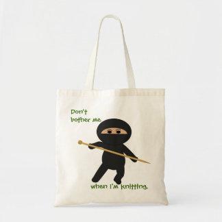 Ninja con el bolso de la aguja que hace punto bolsa de mano