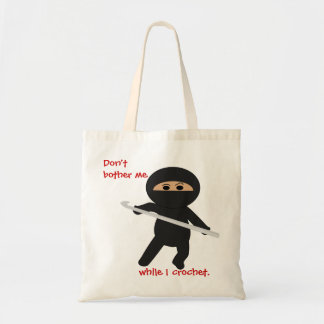 Ninja con el bolso del gancho de ganchillo
