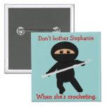 Ninja con el botón del gancho de ganchillo
