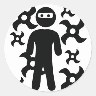 ninja con el icono trowing de las estrellas pegatina redonda
