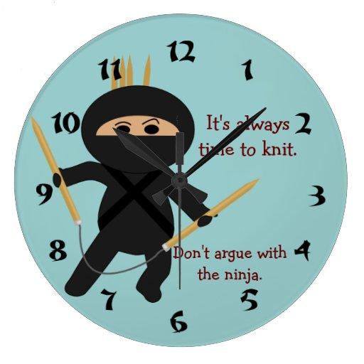 Ninja con el reloj de pared circular de las agujas
