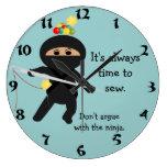 Ninja con el reloj de pared de la aguja de costura