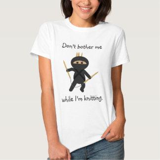 Ninja con la camisa circular de las agujas que