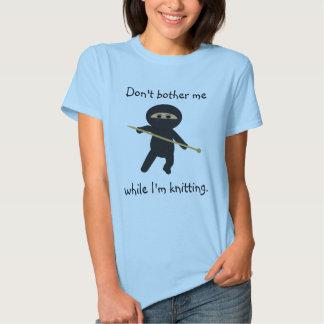 Ninja con la camisa de la aguja que hace punto