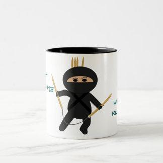 Ninja con la taza circular de las agujas que hacen