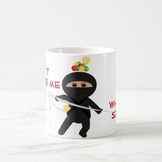 Ninja con la taza de la aguja de costura