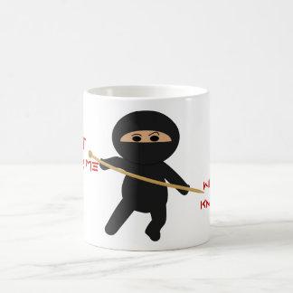 Ninja con la taza de la aguja que hace punto