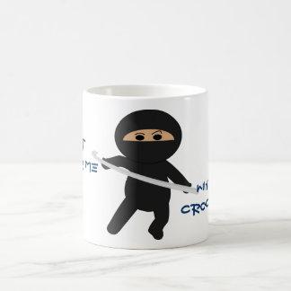 Ninja con la taza del gancho de ganchillo