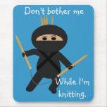 Ninja con las agujas que hacen punto circulares Mo Alfombrillas De Ratón