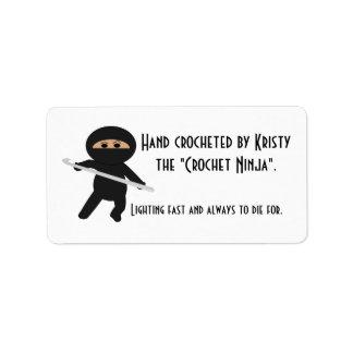 Ninja con las etiquetas del gancho de ganchillo etiqueta de dirección