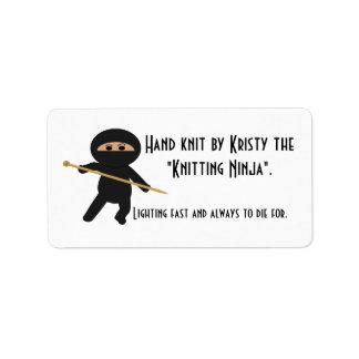 Ninja de punto con la aguja que hace punto etiqueta de dirección