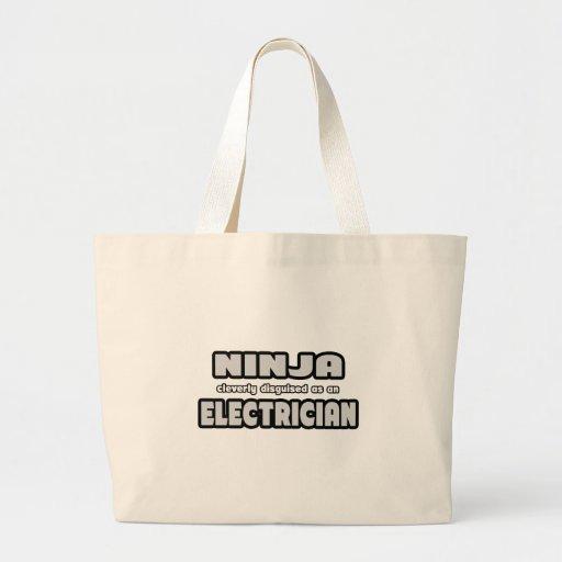Ninja disfrazado listo como electricista bolsas