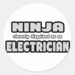 Ninja disfrazado listo como electricista etiqueta redonda