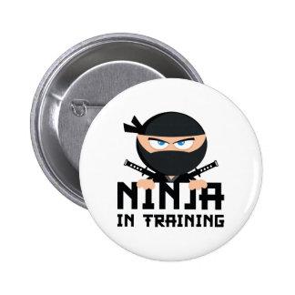 Ninja en el entrenamiento pin redondo de 2 pulgadas