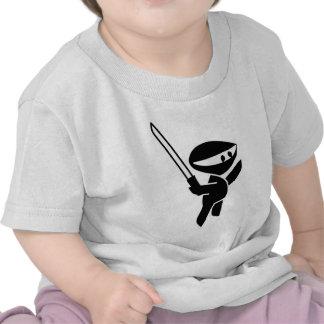Ninja que maneja una espada de Katana Camiseta