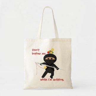 Ninja Quilter con la aguja de costura y el bolso