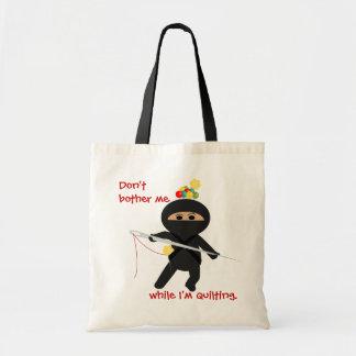 Ninja Quilter con la aguja de costura y el bolso d Bolsa Tela Barata
