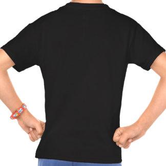 Niño aumentado por la camiseta de dos momias: playera