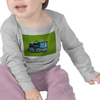Niño azul de la CAMISA DE MANGA LARGA del tren,