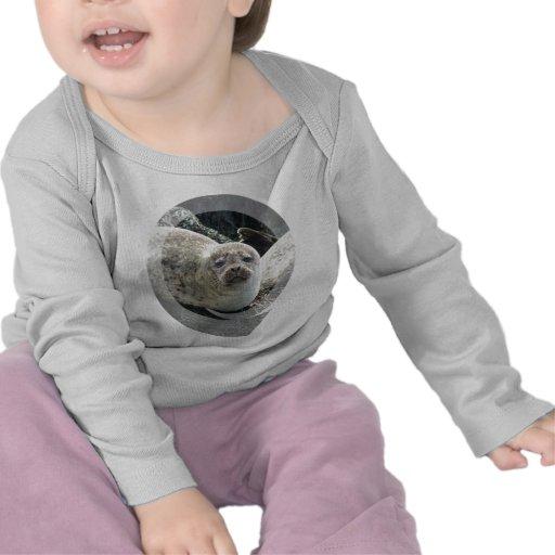 Niño blanco del sello del leopardo camisetas