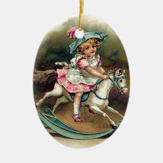 Niño bonito del vintage en el rockinghorse adorno navideño ovalado de cerámica