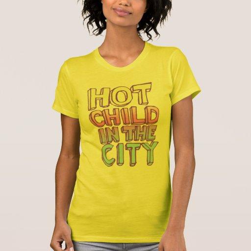 Niño caliente en la ciudad camisetas