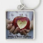 Niño con el corazón de la manzana llavero personalizado