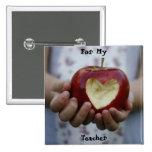 Niño con el corazón de la manzana pin