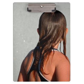 niño con el pelo mojado en fuente