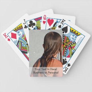 niño con el pelo mojado en fuente baraja de cartas